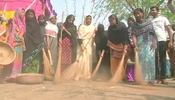 छठ पूजा 2018 : मुस्लिम महिलाओं ने की गांगा घाट की सफाई, सभी कर रहे तारीफ