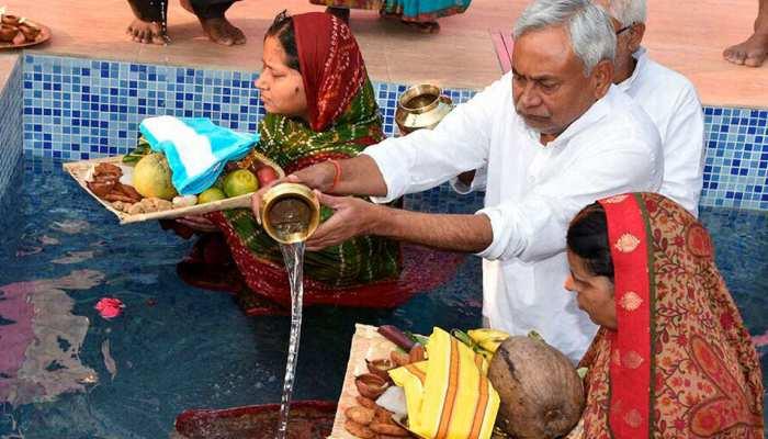 बिहार: मुख्यमंत्री नीतीश कुमार के यहां हो रहा छठ का त्योहार, बड़ी संख्या में पहुंचे नेता