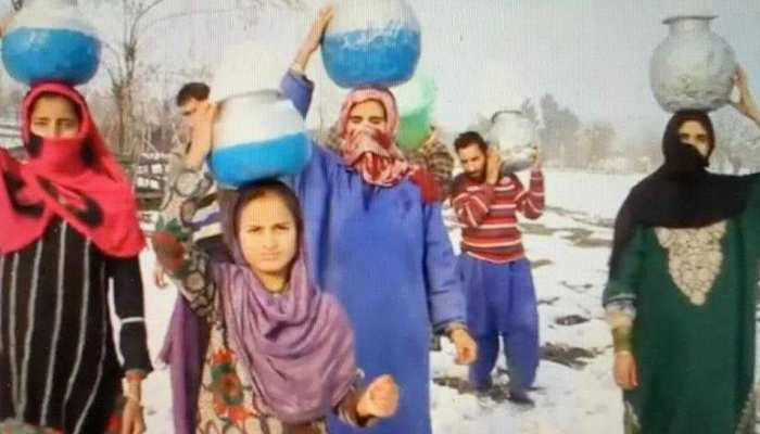 Photos kashmir Pulwama people are facing water crisis due to snow fall