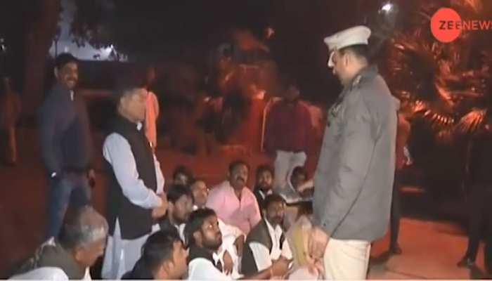 राजस्थान : पहली लिस्ट आते ही कांग्रेसियों ने राहुल गांधी के घर के बाहर मचा दिया बवाल, कहा- पैसे लेकर टिकट बांटे गए