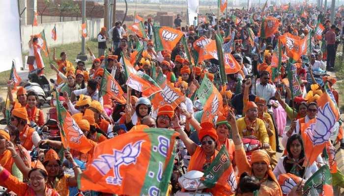 BJP की रैली में कार्यकर्ताओं ने उड़ाई नियमों की धज्जियां, डिप्टी सीएम के कहने पर भी नहीं पहने हैलमेट