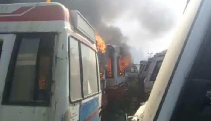 रांची नगर निगम की पुरानी बसों में अचानक लगी आग, बाजार में हुआ अफरा-तफरा का माहौल