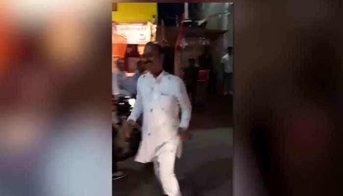 जबलपुर उत्तर का निर्दलीय प्रत्याशी वोट जुटाने के लिए सड़क पर कर रहा डांस, वायरल हुआ Video