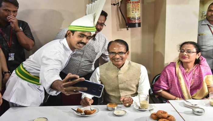 MP चुनाव: वोटिंग से एक दिन पहले सीएम चौहान ने कॉफी हाउस में लिया वडा-सांबर का स्वाद