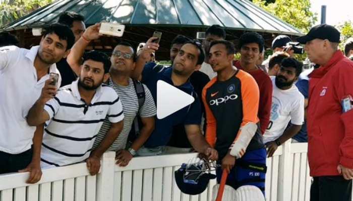 VIDEO: पृथ्वी शॉ के साथ सेल्फी लेने के लिए ऑस्ट्रेलिया में लगी लंबी कतार