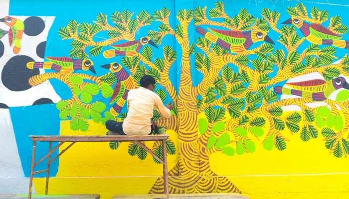 कुंभ से पहले प्रयागराज में बिखरे श्रद्धा के रंग, दीवारों पर सजी कलाकृतियां