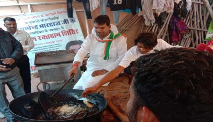 राजस्थान: वोटरों को रिझाने के लिए नेताजी ने तली पूरियां, खिलाया खाना